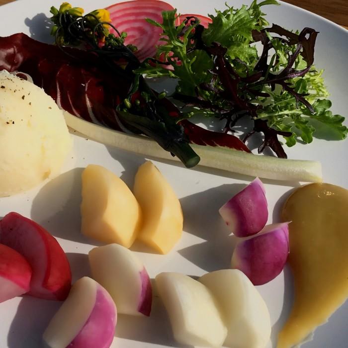 自家製バーニャカウダソースと冬のカラフル根菜の組み合わせ